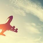 長距離フライトの機内でぐっすり眠る方法は?