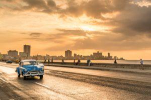 夕日の中を走るクラシックカー
