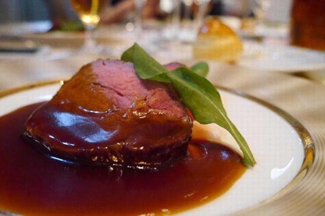 美味しそうに盛り付けられた肉料理