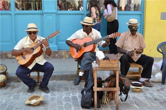 キューバの街角で歌う男性たち