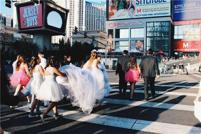 ニューヨークの街を歩く花嫁