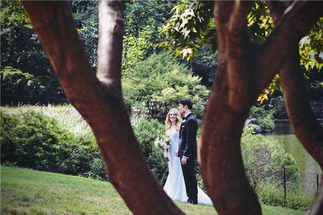 ウエディングドレスとタキシード姿のカップル