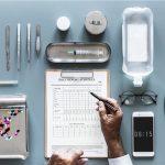 並べられた医療器具とカルテを記入する手