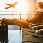 空港で飛行機を眺める男性