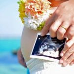妊婦のおなかとエコー写真