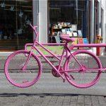 ピンク色の自転車のオブジェ