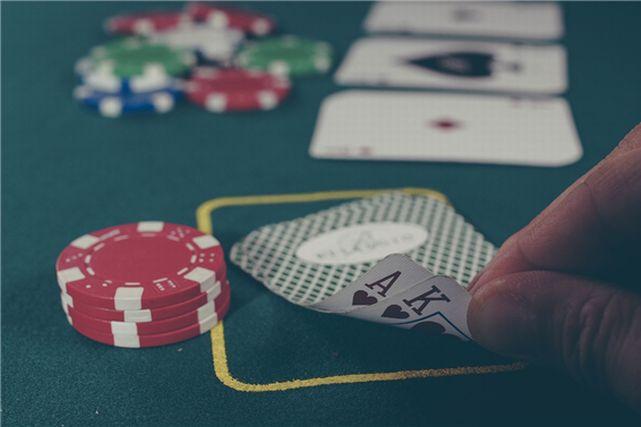 カジノでカードゲームを楽しむ人の手元
