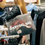 ショッピングを楽しむ女性の後ろ姿