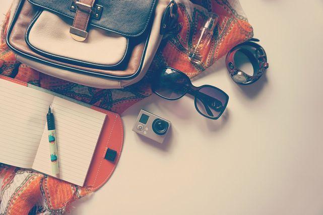カバンとノート、サングラスなど旅行の持ち物