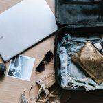 旅行準備中のスーツケース