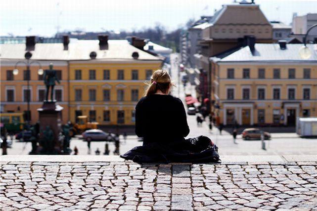 石畳の階段から街を眺める女性