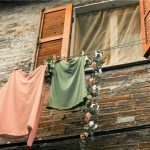窓から干された洗濯物