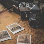 地図の上に置かれたカメラと写真