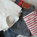 白いシャツとジーンズとボーダーのカットソー