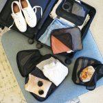 旅行準備をするために広げられたスーツケース