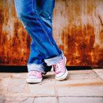 ピンクのスニーカーを履いた女性の足元