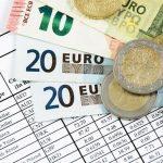 ユーロ紙幣、コインとレートが書かれた紙